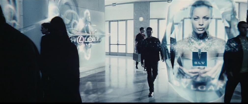 映画、マイノリティー・レポートの一シーン。トムもホログラム広告をガン無視。