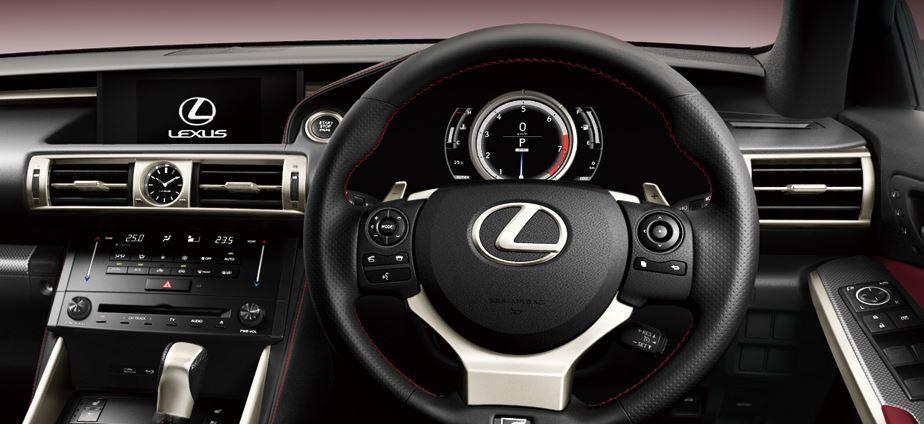 Lexusなどはスピードメーター部、ナビ等でモニターが2つある