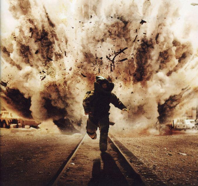 飛散するスギ花粉から逃げる筆者(イメージ)