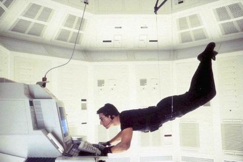 宙吊りになったイーサン・ハントが取り出すのは・・