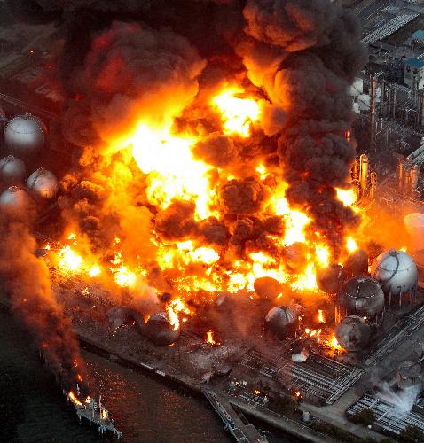 炎上するコスモ石油のタンク